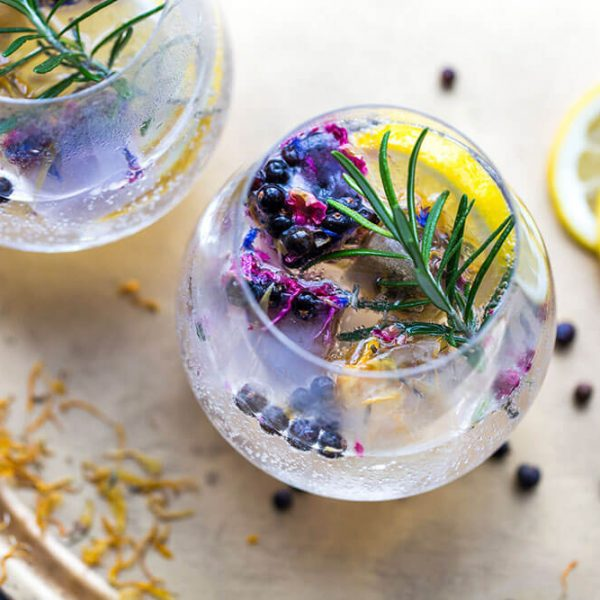 Juniper-Berries-and-rosemary-in-a-gin-and-tonic